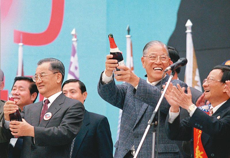 1996年首次總統直選,由李登輝搭配連戰代表國民黨,順利當選。(達志影像)