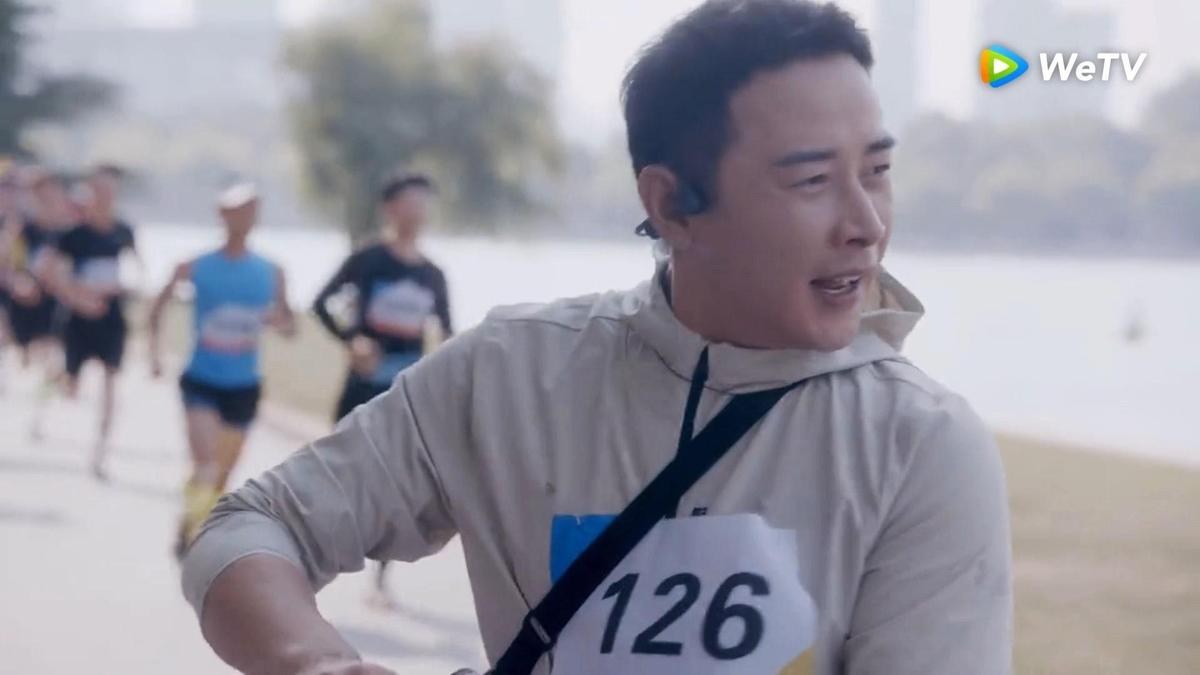 羅晉《安家》馬拉松號碼126是老婆唐嫣生日。(圖/WeTV提供)