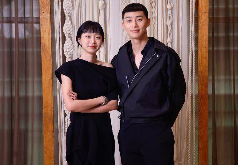 朴敘俊與女主角金多美不約而同以黑色服裝出席記者會。(翻攝自網路)