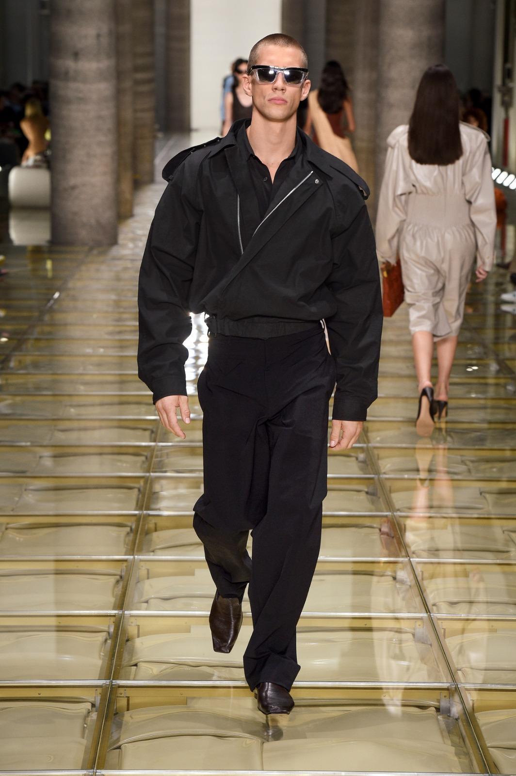 米蘭時裝週上,男模走秀石及穿著這件科技圖層棉料擋風夾克,NT$66,700。(Bottega Veneta提供)