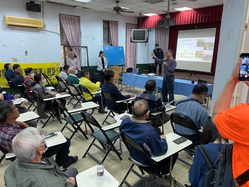 台糖公司到屏東縣萬巒鄉舉辦太陽能發電的「農電共生計畫」說明會,現場砲聲隆隆。(翻攝自萬巒鄉公所臉書)