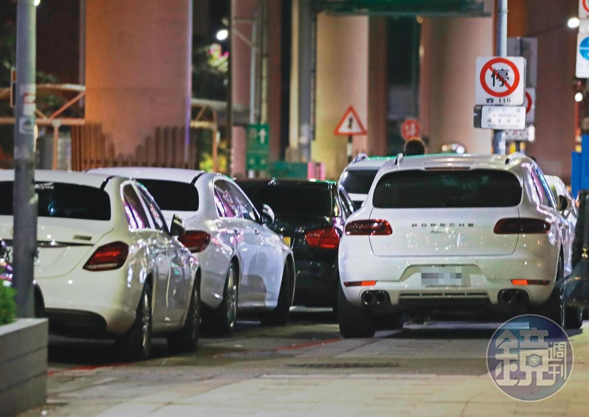 01:13 在不瘋狂就等死幾人的豪華名車都在餐廳門口違停,還占用公車停車格。