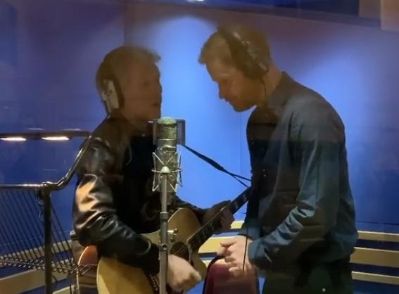 哈利王子與搖滾天團邦喬飛主唱在錄音室合唱,引起外界猜測哈利王子退出王室,難道是想當歌手?(翻攝自sussexroyal IG)