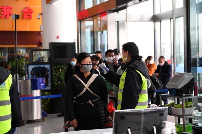中國貴州遵義的茅台機場旅客接受體溫測量。(東方IC)