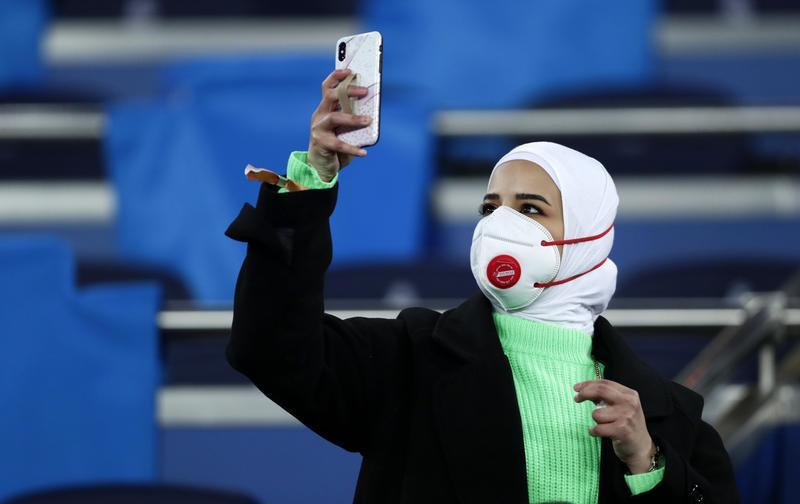 武漢肺炎疫情威脅下,觀賞歐冠盃足賽的西班牙球迷戴口罩自保。(東方IC)