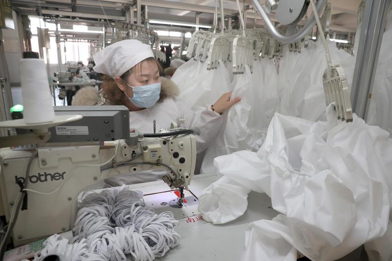 圖為江蘇一工廠趕製防疫服送往武漢、宜昌等地。(東方IC)