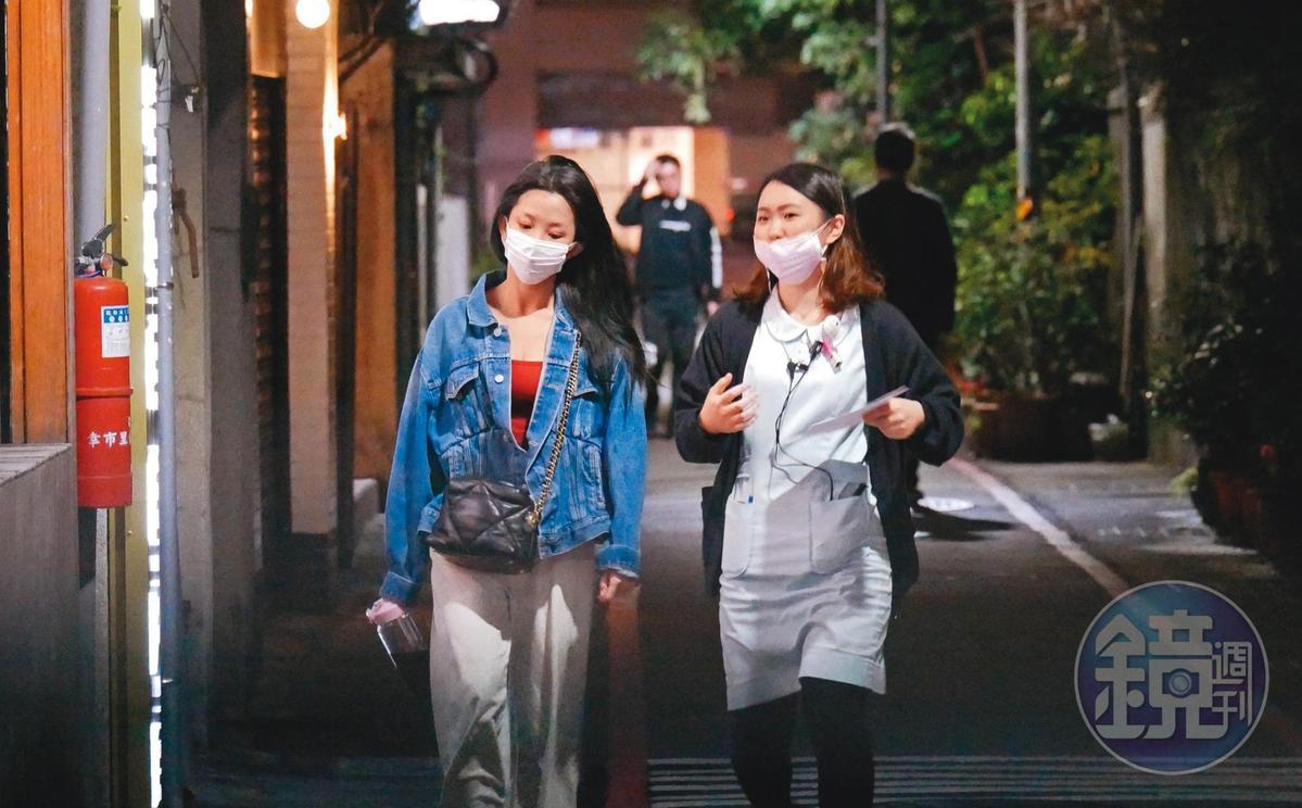 1個小時後,店員帶著郭書瑤從護膚中心出來,然後兩人走向附近醫美診所。