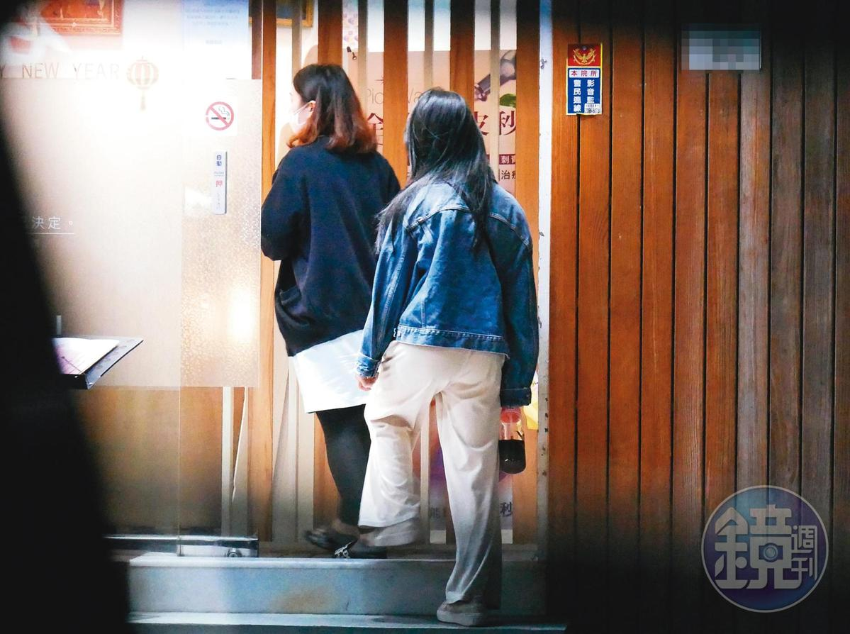 郭書瑤隨著店員步入忠孝東路二段巷弄內的醫美診所,一待快3個小時。