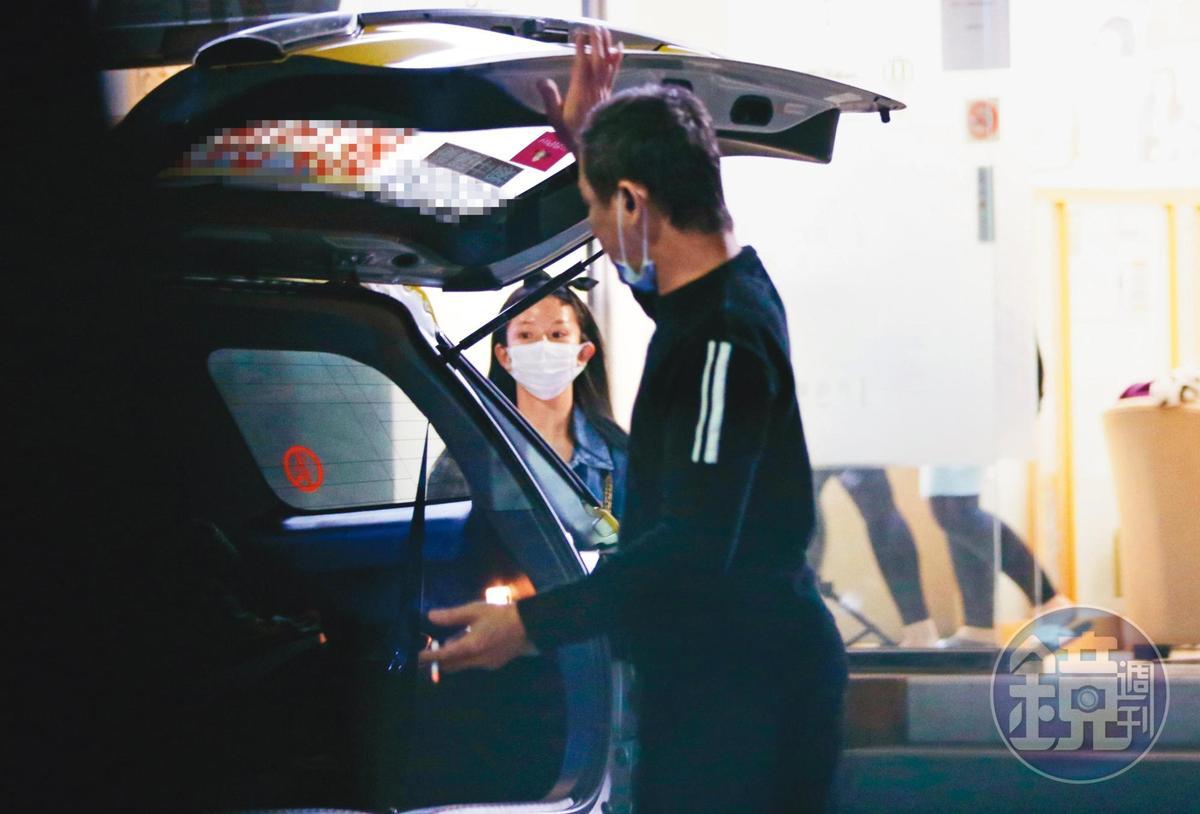 郭書瑤離開時,叫了一輛多元計程車至診所門口接人,司機還開後車廂刻意幫她掩飾。