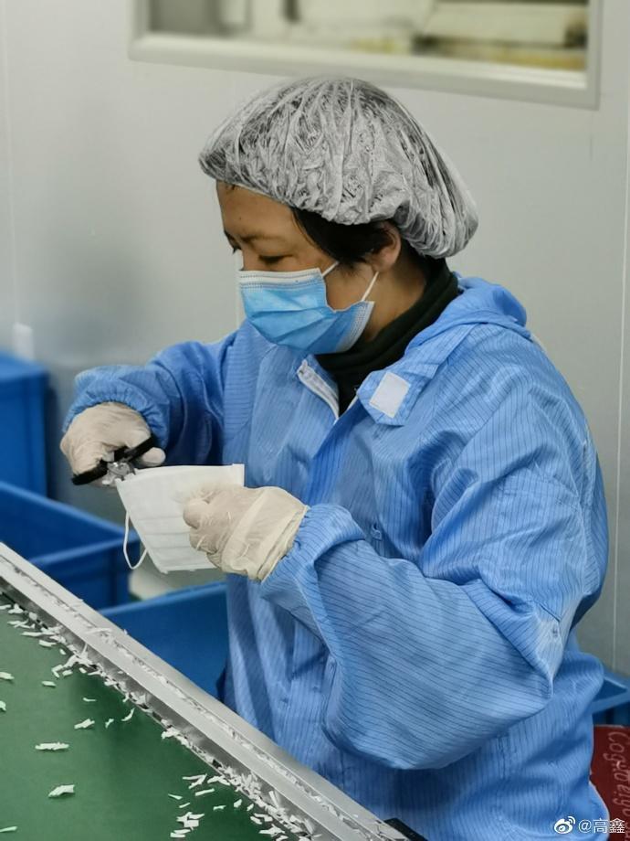 高鑫揪友人到口罩工廠當義工,一晚趕製4.2萬片口罩。(翻攝自高鑫微博)
