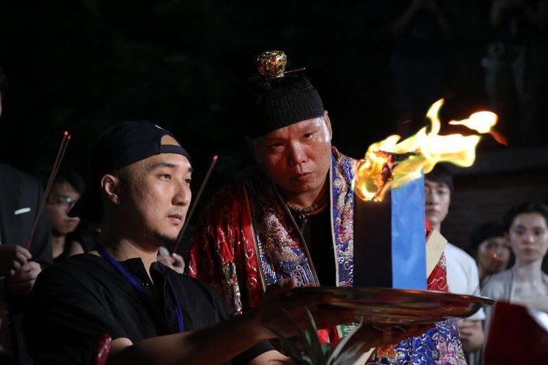 經驗豐富的宗教顧問龍哥(前右)在拍片現場把關,讓導演奚岳隆(前左)與劇組平安拍攝。(傳影互動提供)