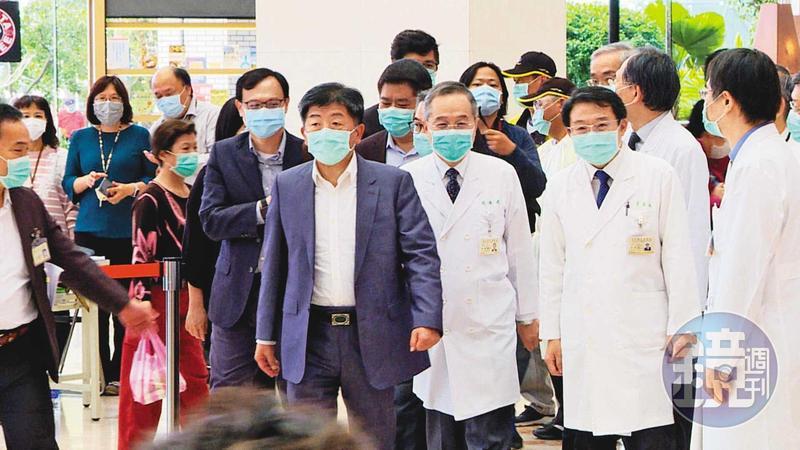 中央流行疫情指揮中心指揮官陳時中視察台北榮總醫院防疫部署,並認為強力取締非法外籍看護會造成照顧人力短缺,應以輔導陪病安全代替取締。