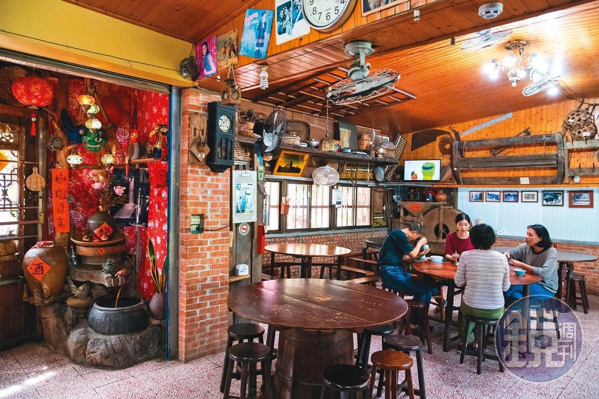 「非常鄉村小吃」餐廳裡有著濃濃的農村風情。