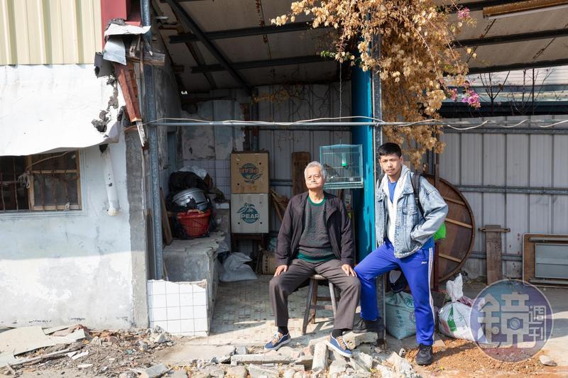 楊登棋(右)和父親楊嘉銘(左)的合照。背景是父親老家,因家族土地被政府徵收開路,老屋拆了準備重建。
