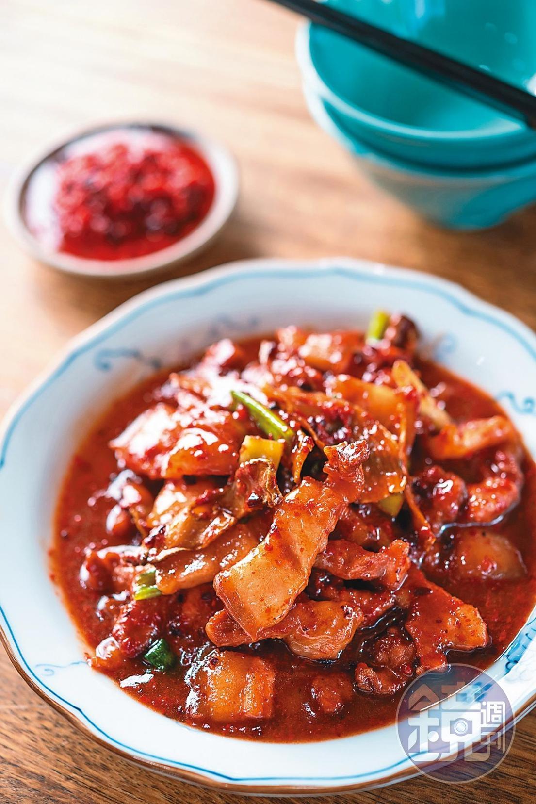 以自家醃製紅糟快炒豬肉的「客家紅糟肉」。(250元/小份)