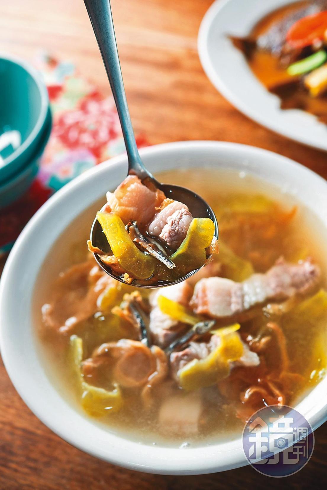 傳統客家「福菜苦瓜湯」,還多了小魚乾的鮮味。(120元/小份)
