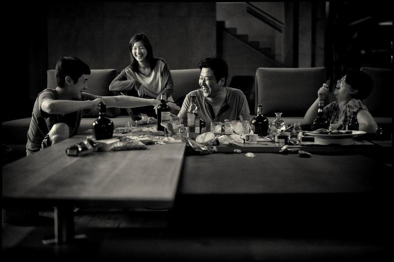 新冠肺炎重創韓國娛樂產業,《寄生上流:黑白版》也因此宣布在韓延期上映。(CATCHPLAY提供)