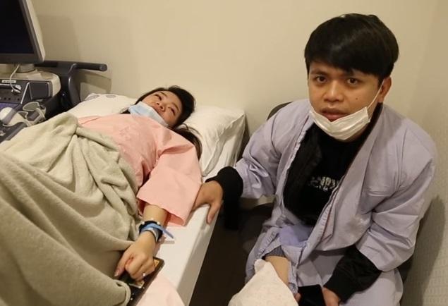 知名網紅蔡阿嘎與老婆3日下午被黑衣人持榔頭攻擊,造成他膝蓋挫傷。(翻攝自蔡阿嘎粉絲頁)