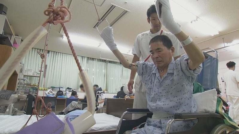 在醫師指示下,小林義明接受再生醫學療法後持續搭配復健。(公視提供)