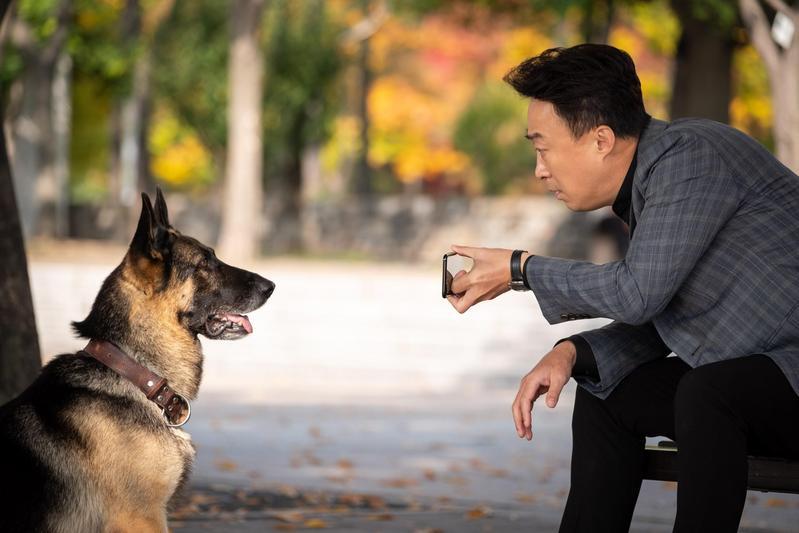 李星民在新片《明明會說話》化身超能力特務,與狼犬一起辦案。(CATCHPLAY提供)