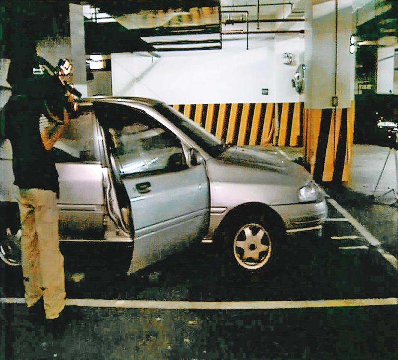 案發後,警方對李正位使用過的車輛進行採證。(東森新聞提供)