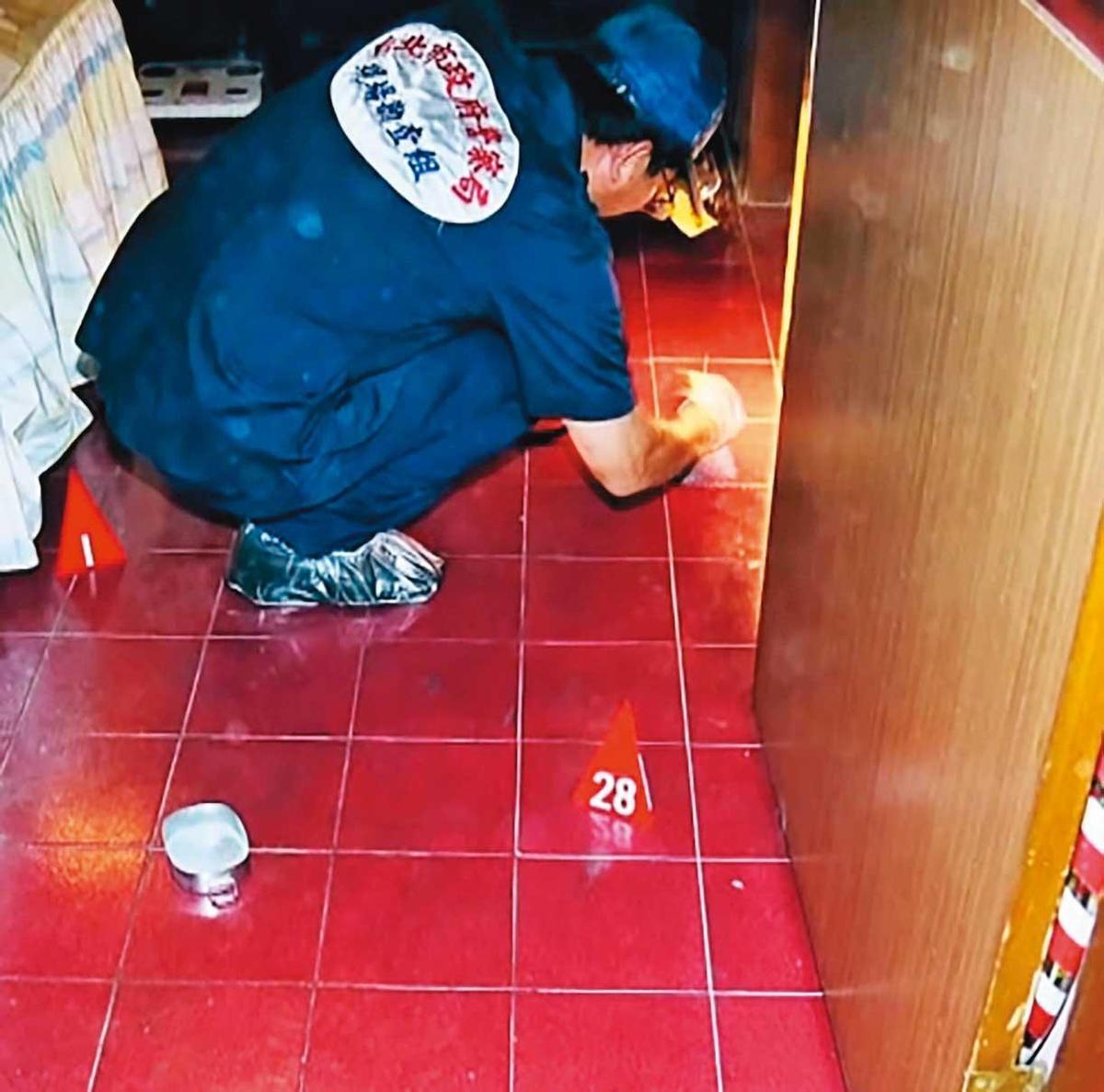 發現浴室有血跡後,鑑識人員也在張靜華的臥室採證。(翻攝畫面)