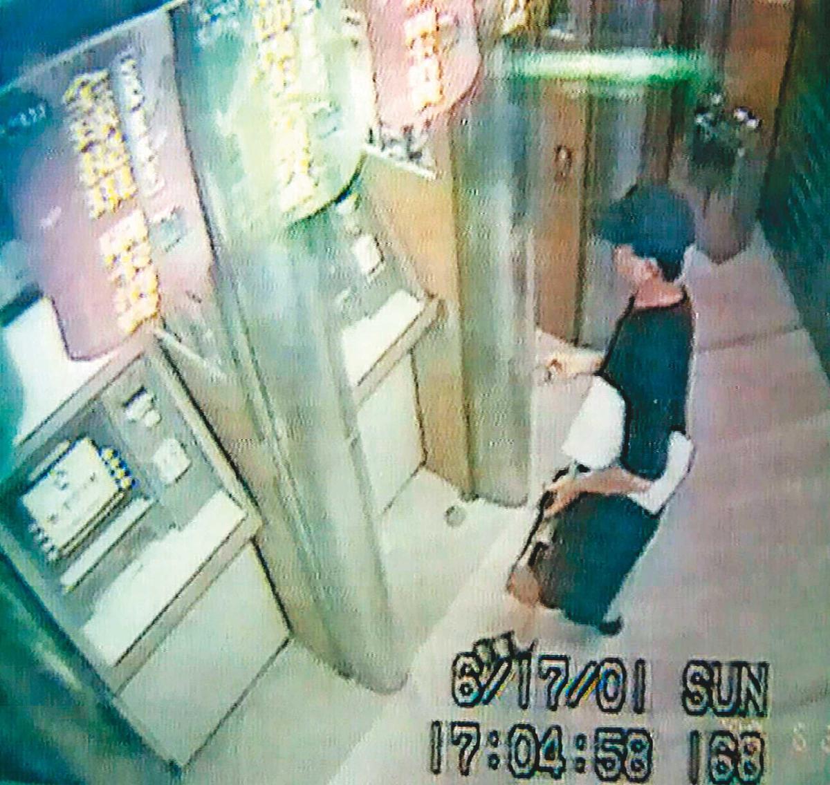 張靜華失蹤後,曾有女子持其提款卡領錢,經查是凶嫌的妹妹(圖)。(翻攝畫面)