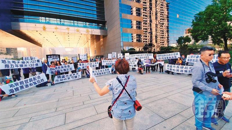 單元五重劃區延宕14年,上百名地主去年底前往台中市政府抗議。(讀者提供)