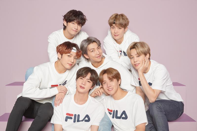 1.BTS防彈少年團成員身穿印有品牌標誌的白色T恤,各自散發出與眾不同的青春魅力。(FILA TAIWAN提供)