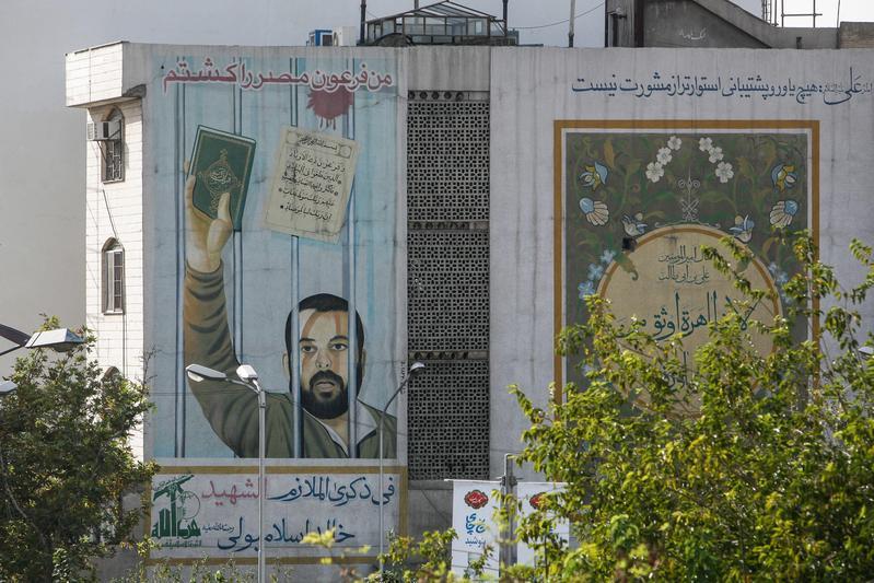 伊朗德黑蘭一所學校牆上的政治壁畫。(東方IC)