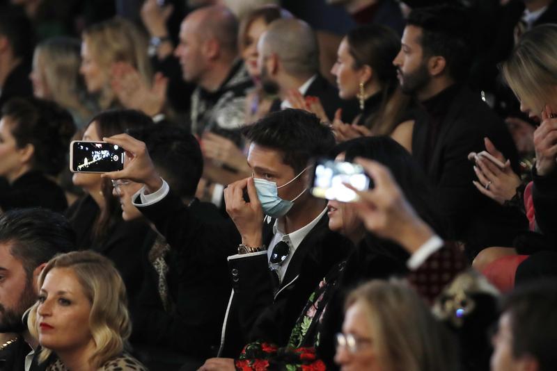 義大利米蘭,戴著口罩的觀眾出席米蘭時尚展。(東方IC)