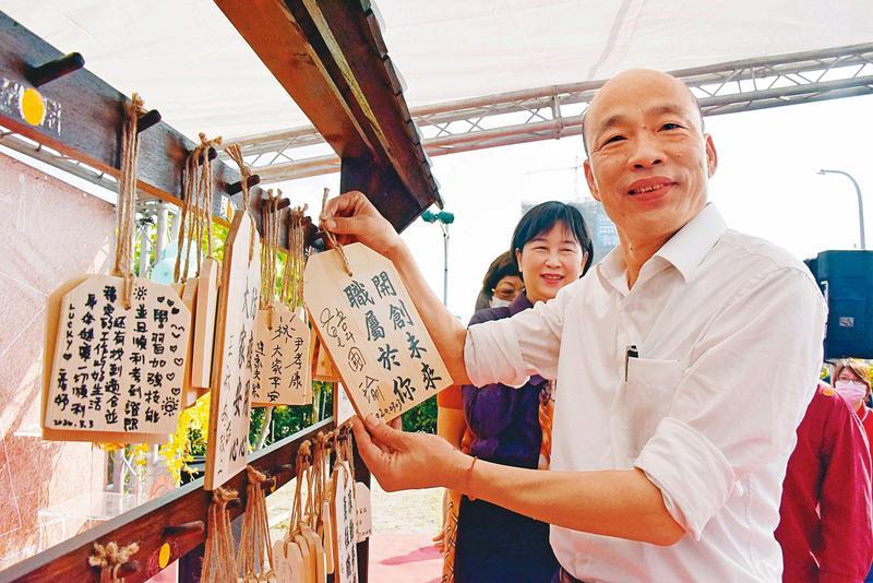 對於黨內局勢,深陷罷免案的高雄市長韓國瑜(前),僅在開票當天發表簡單談話,其餘仍以市政議題為先。(高市府提供)