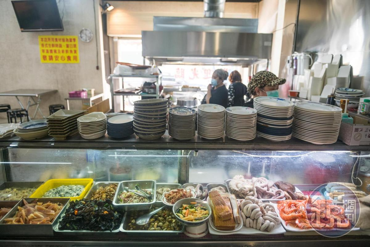 琳琅滿目的冷藏櫃中,有許多現做小菜與黑白切。