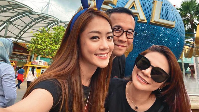 趙元同(中)的女人緣好,在與梁靜茹協議離婚前,曾和林千又(左)及林以婕(右)同遊新加坡。(翻攝自林千又IG)