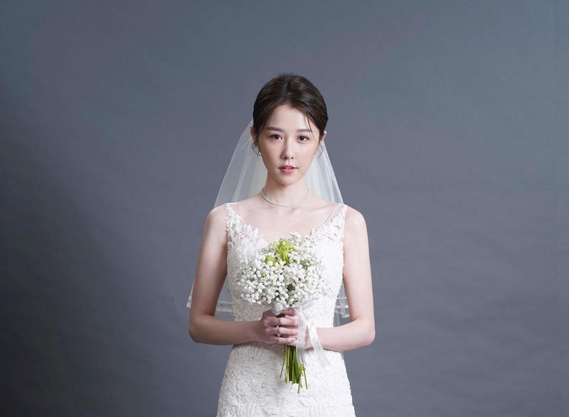 邵雨薇在社群網站上公開一張婚紗照,甜美笑容及文字引起熱議。(寬宏提供)