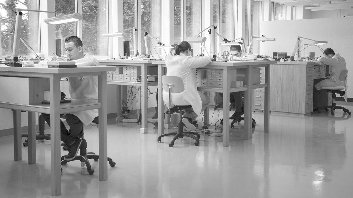 在2012年正式併入LV旗下的La Fabrique du Temps,是個規模不大的小型製錶工坊,大約有十幾位製錶師,組裝一枚陀飛輪或三問機芯就需要兩個月,因此產量也無法大量生產,手錶貴精不貴多。
