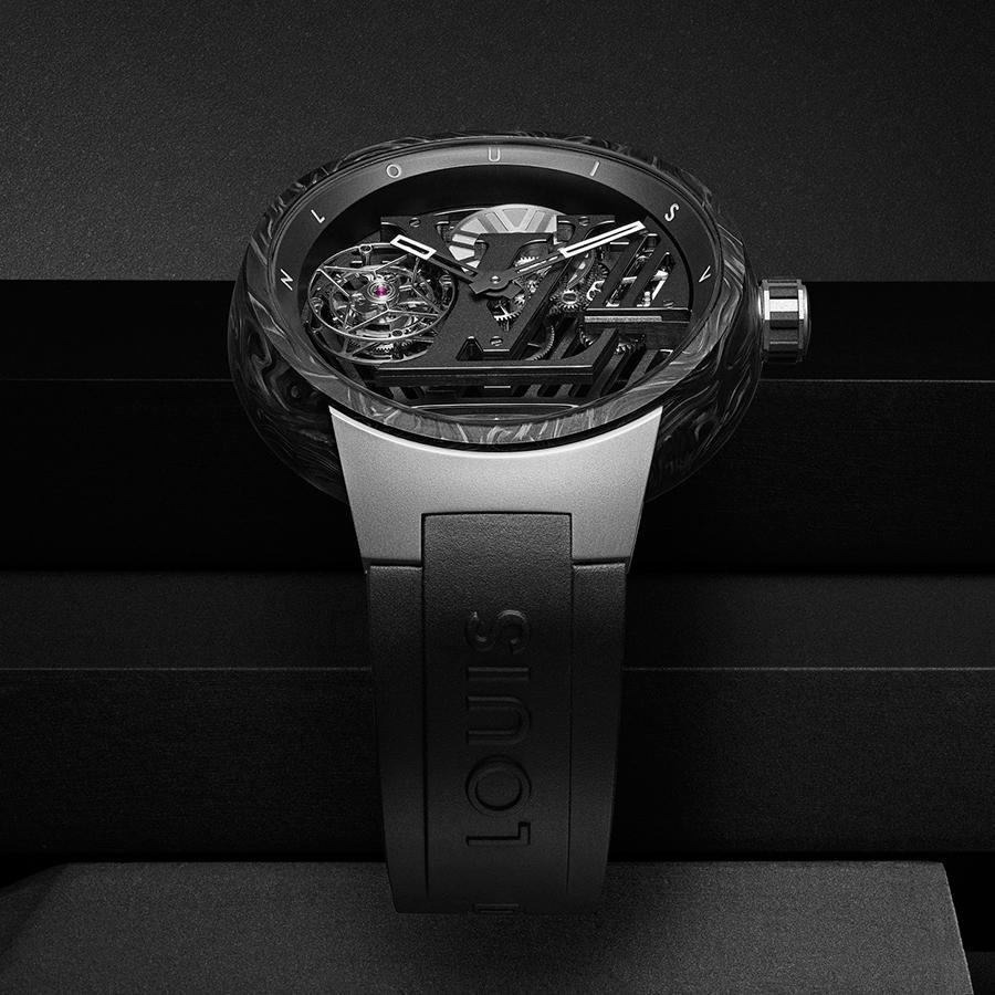 Tambour Curve Flying Tourbillon 錶徑46mm、鈦金屬和CarboStratum®錶殼、LV108手上鏈機芯、時分指示、飛行陀飛輪裝置、日內瓦印記、防水30米