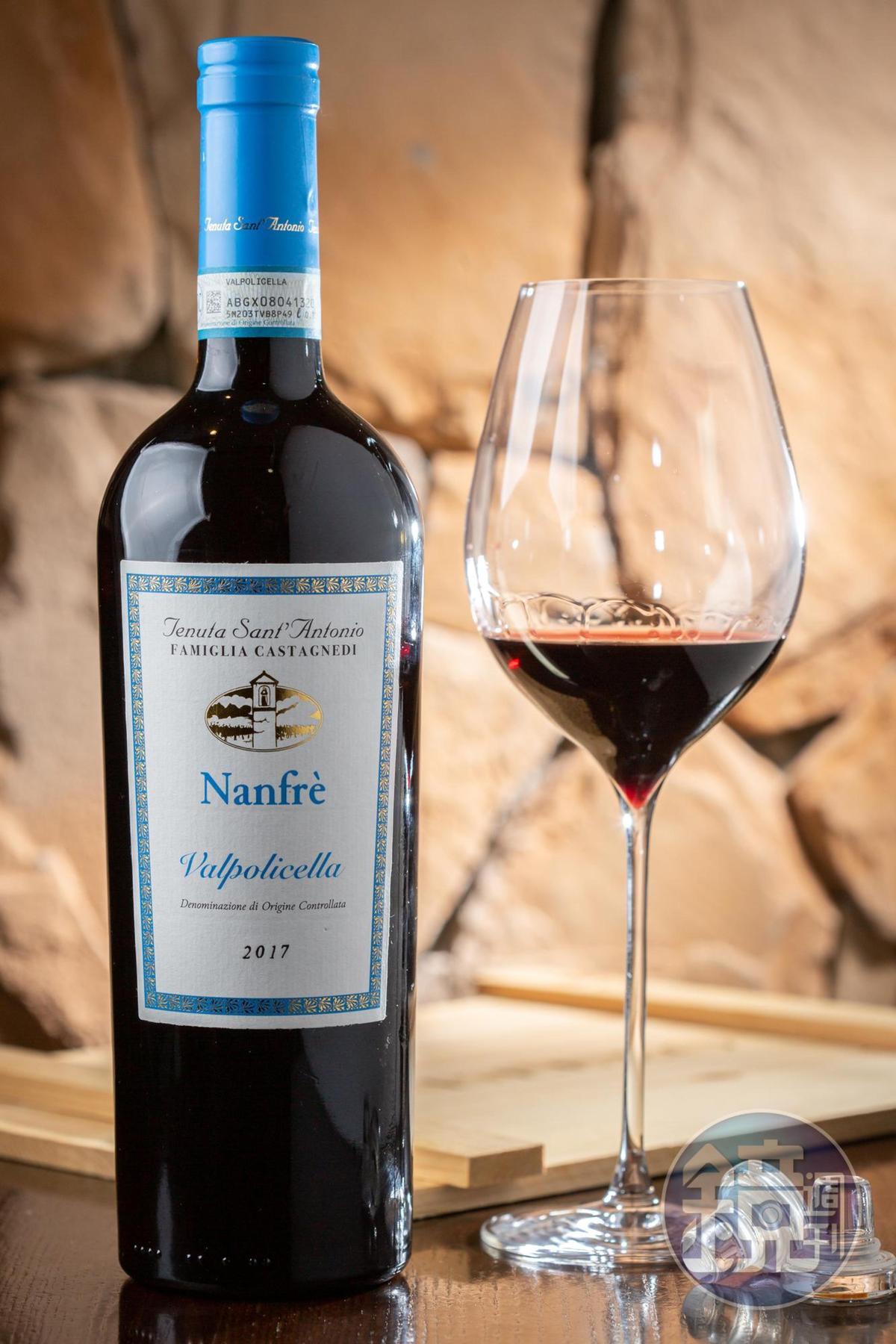 「NANFRÈ Valpolicella DOC」與Amarone同樣以Corvina葡萄為主原料,卻因縮短釀期,展現清新奔放的花香和椒果香。(4,500元/6瓶、箱)