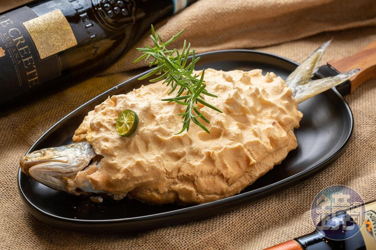 掀開「地中海香料烤魚」的鹽焗外殼,細嫩緊實魚肉沁出鮮美湯汁(780元/份),搭上「Le Creete Lugana DOC」柑橘系果香進一步提升鮮美。(6,000元/6瓶、箱)