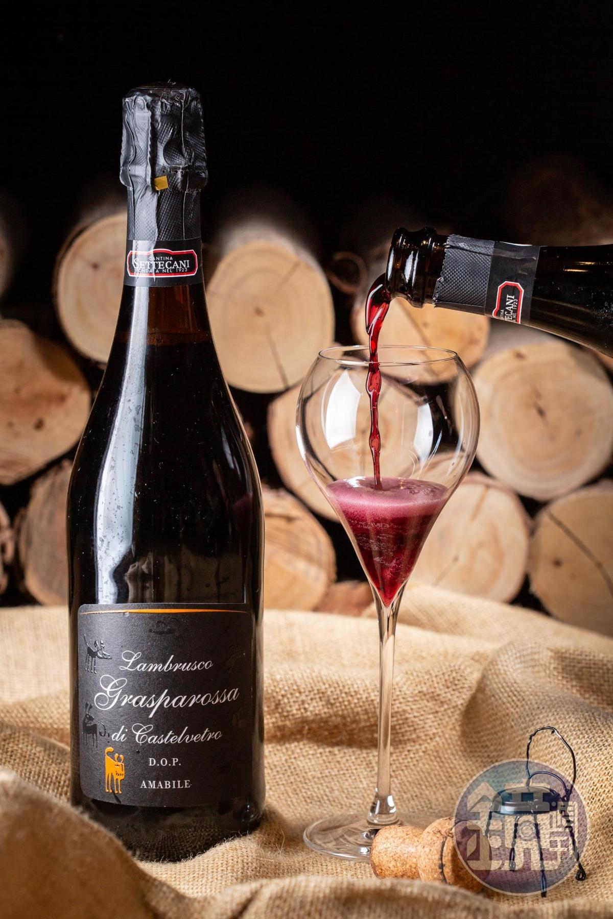 「Lamprusco Grasparossa Amabile DOP」是少見的氣泡紅葡萄酒,花青素含量極高,造就紫羅蘭般夢幻色澤,花果甜香挑逗少女心。(3,600元/6瓶、箱)