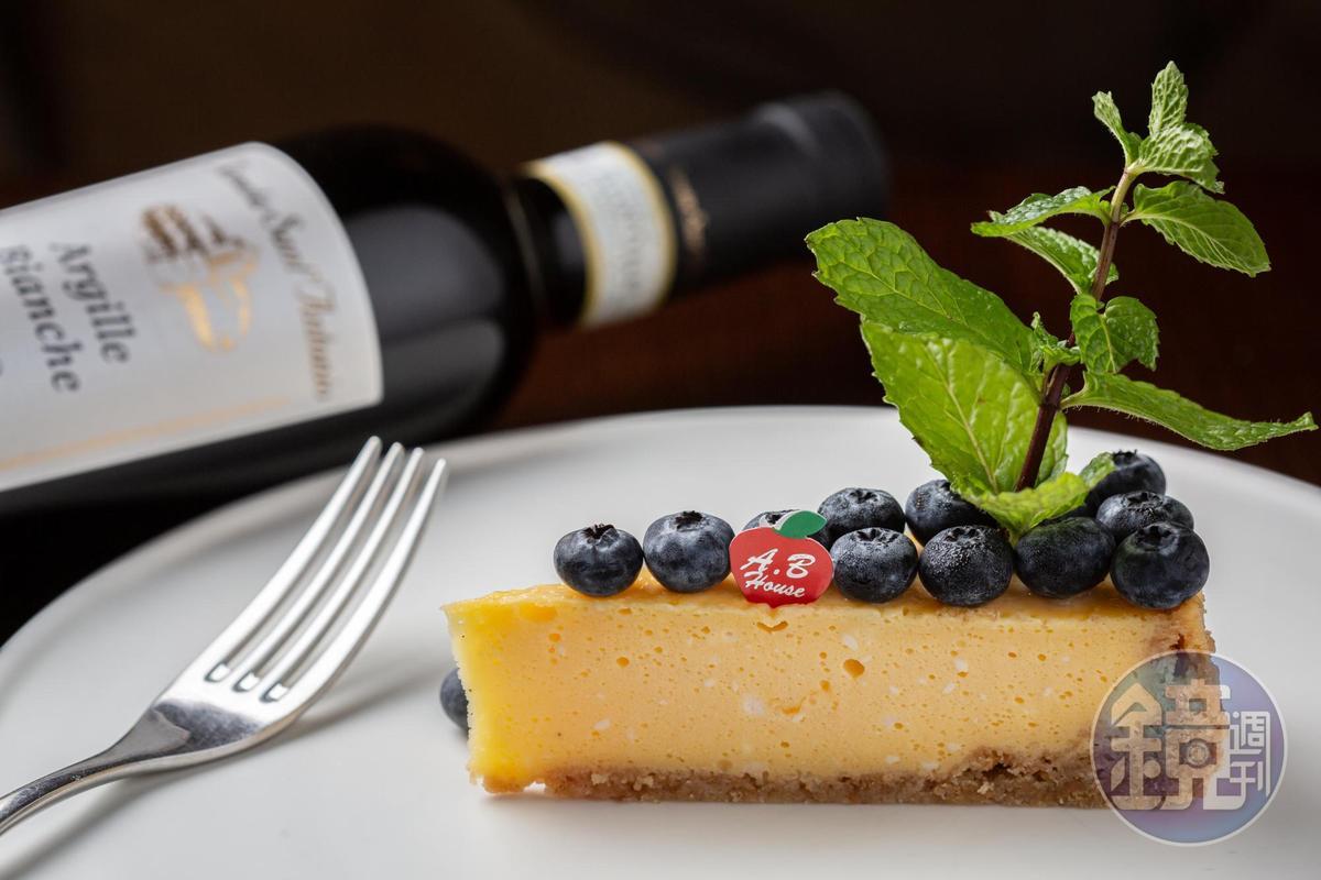 老闆娘自製的「乳酪蛋糕」(120元/片),與「Tenuta Sant'Antonio RECIOTO DELLA VALPOLICELLA DOC ARGILLE BIANCHE 2011 DOCG」(2,300元/瓶)的華麗香氣有如天作之合。
