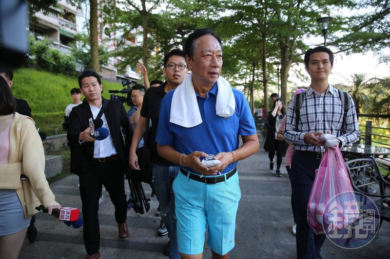 鴻海創辦人郭台銘從小養成隨身攜帶口罩與手帕,也成防疫好習慣。