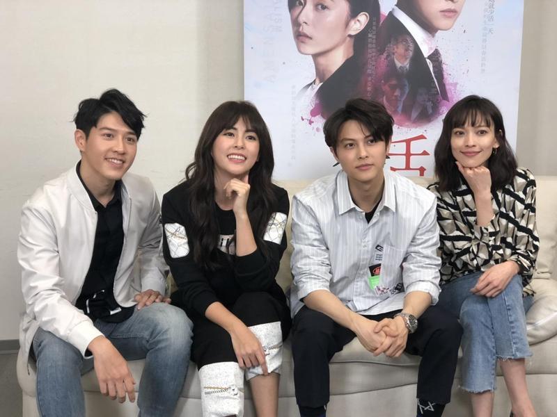 吳岳擎(左起)任容萱、邱勝翊、姚以緹接受大學生線上提問。(八大提供)