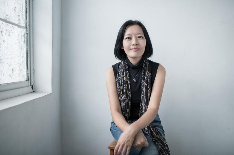 陳瑤華30歲才開始創作,起步算晚,不像當年同班的郝譽翔早有文名。當了人妻人母後才專職寫作,問她會不會受家庭限制?她反而說很多人看她是媽媽,更願意對她說自己的人生故事。(鏡文學提供)