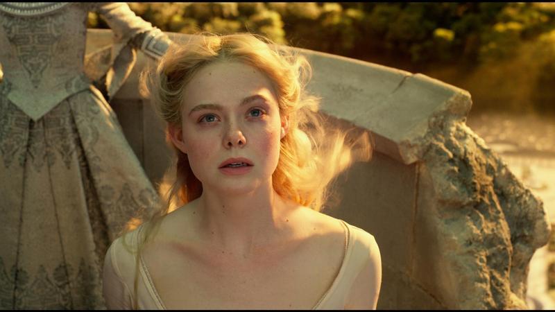 艾兒芬妮在《黑魔女》系列飾演奧蘿拉公主,總給觀眾不時人間煙火的形象,但其實喝掛了也是一個慘字形容。(迪士尼提供)