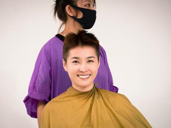 小嫻為戲劇演出剪掉20年長髮,理了個大平頭。(TVBS提供)
