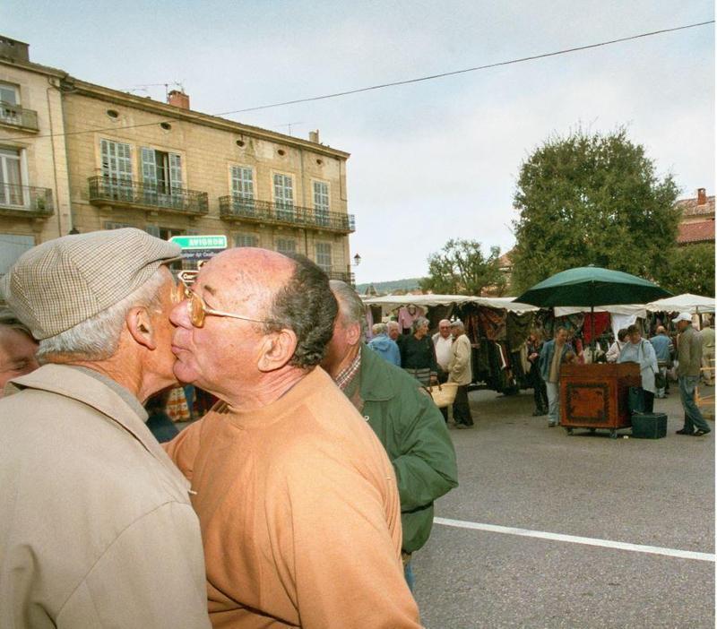 為防範疫情擴大,法國衛生部長建議民眾停止行之有年的慣常打招呼方式,不要再親吻面頰。(東方IC)