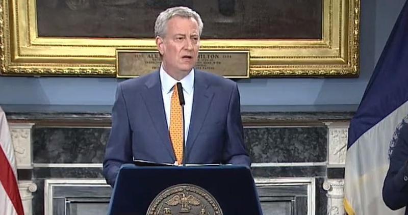 紐約市長白思豪於15日開記者會宣布,從16日開始,公立學校將全面停課至4月20日。(翻攝Bill de Blasio臉書)