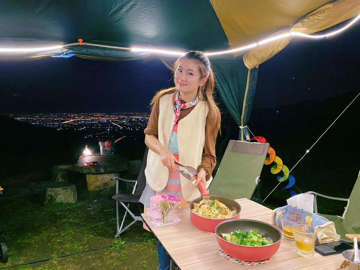 在三天兩夜的露營中,Selina負責首日晚餐。(翻攝自Selina臉書)