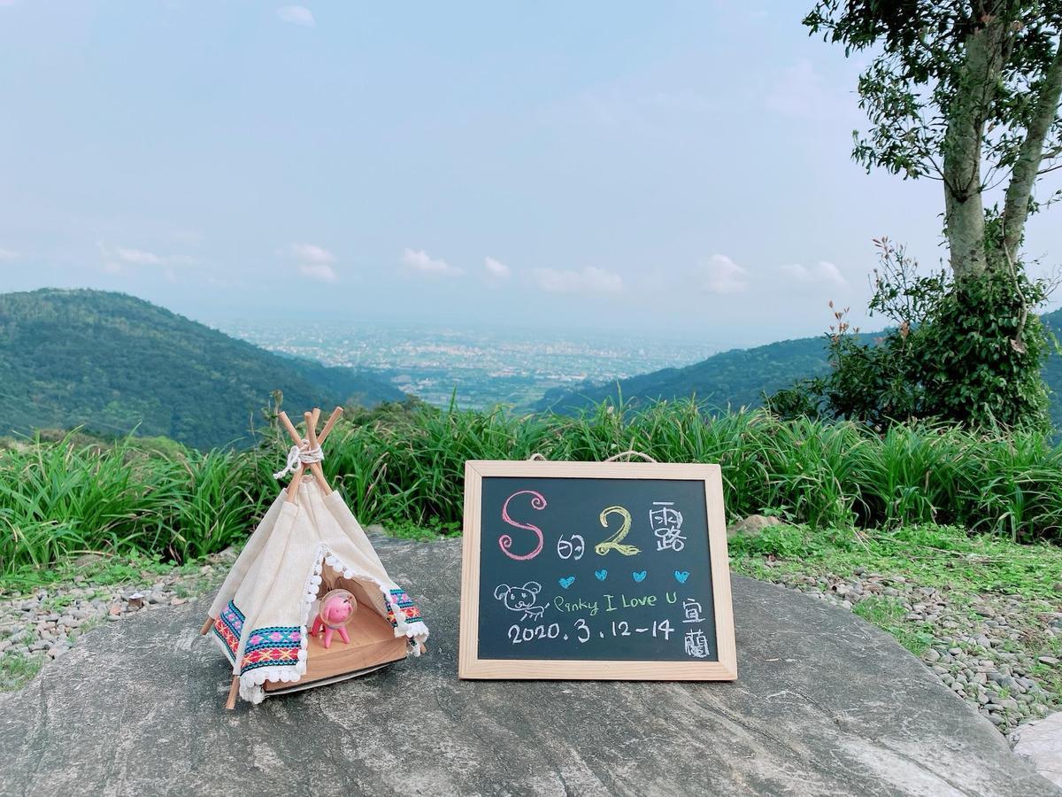 愛犬Pinky過世滿週年,Selina在營區放著一塊黑板,寫「Pinky I Love U」。(翻攝自Selina臉書)